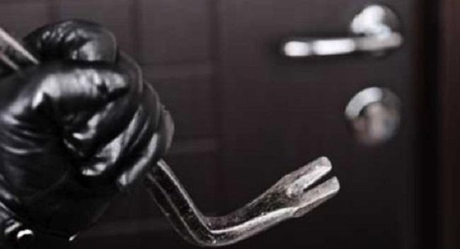 Celano: sorprende i ladri in casa e li costringe alla fuga