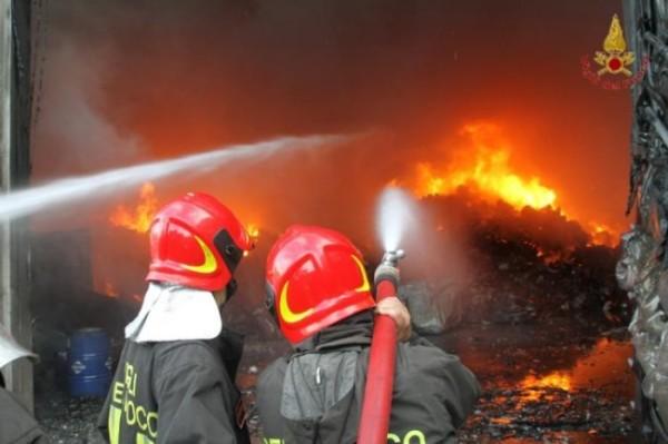 Incendio Morrone: fiamme minacciano case a Sulmona