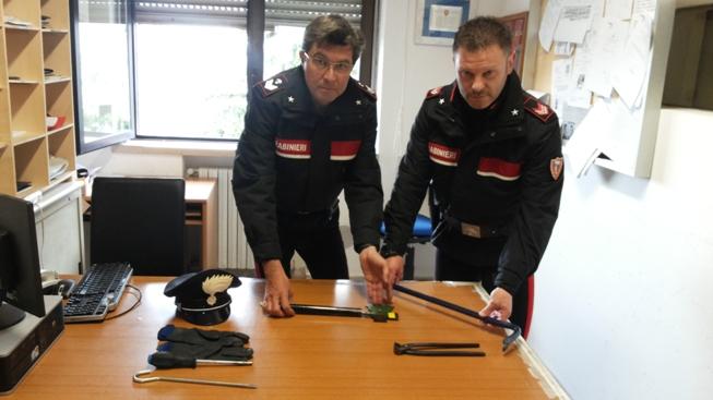 Rapina shock nella notte a Montesilvano: anziano minacciato con un'ascia, due arresti