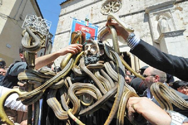 Cocullo In 20 000 Per I Serpari Di San Domenico