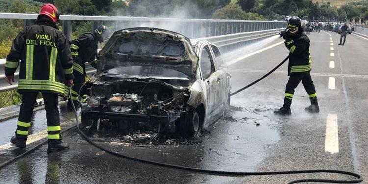 Vasto, auto in fiamme sull'A/14