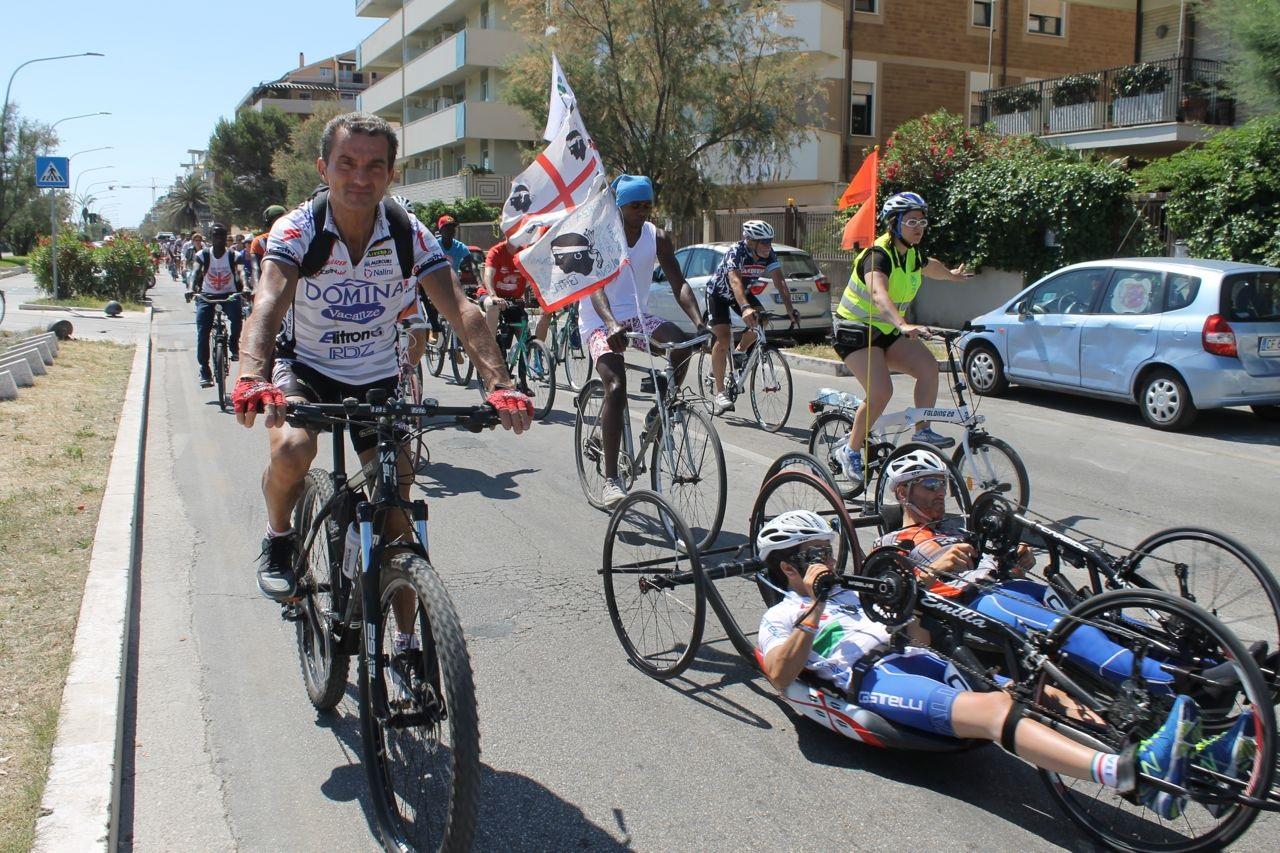 Pescara, pedalata della solidarietà con i campioni del ciclismo