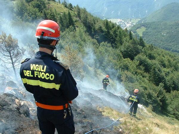 Scerne di Pineto: fiamme sulla ferrovia, stop ai treni