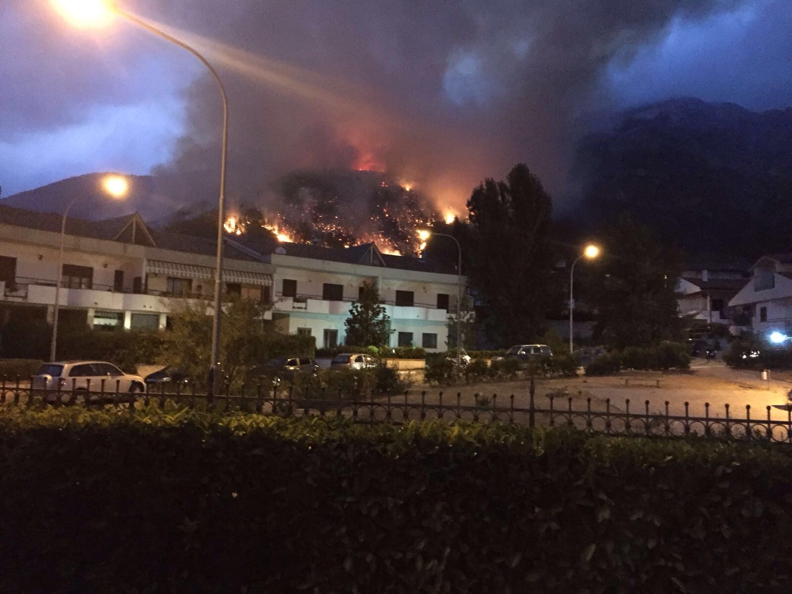Incendio a Pacentro, vigili del fuoco al lavoro da 24 ore