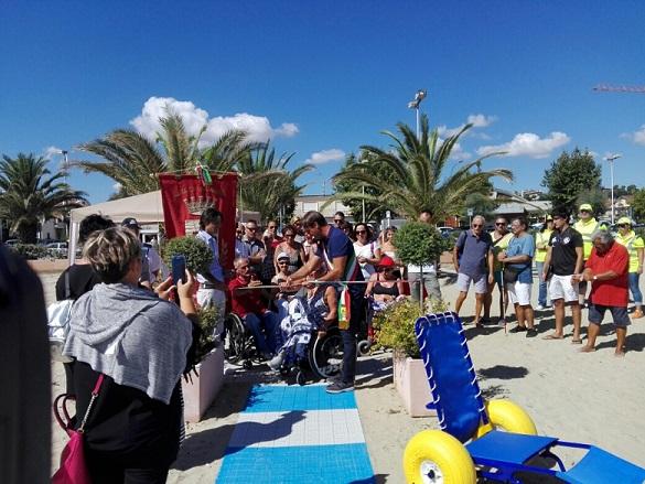 Giulianova, inaugurata la spiaggia libera per disabili