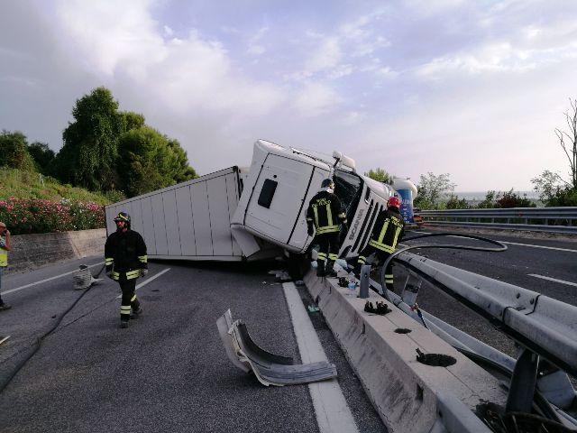 Incidente sulla A14 in Val Vibrata: tir si ribalta