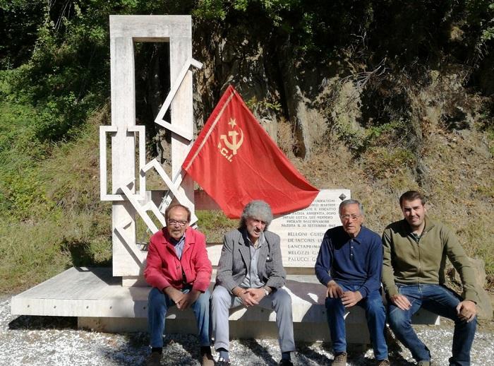 Comunisti teramani puliscono monumento partigiani