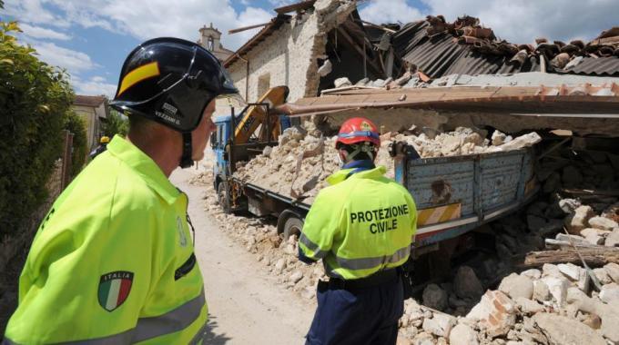 Terremoto, fondi raccolti con gli sms: si accende la polemica