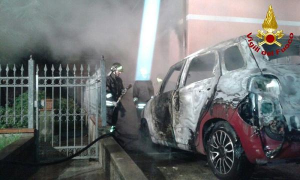 Vasto, incendiata l'auto nel cortile