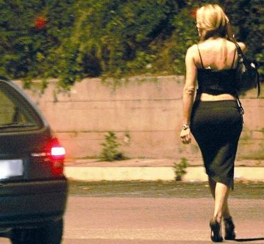 Martinsicuro, prostituta adesca i clienti e poi li ricatta
