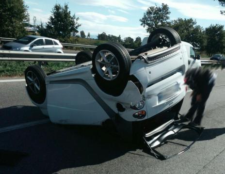 Pescara, spettacolare incidente sulla Variante SS 16