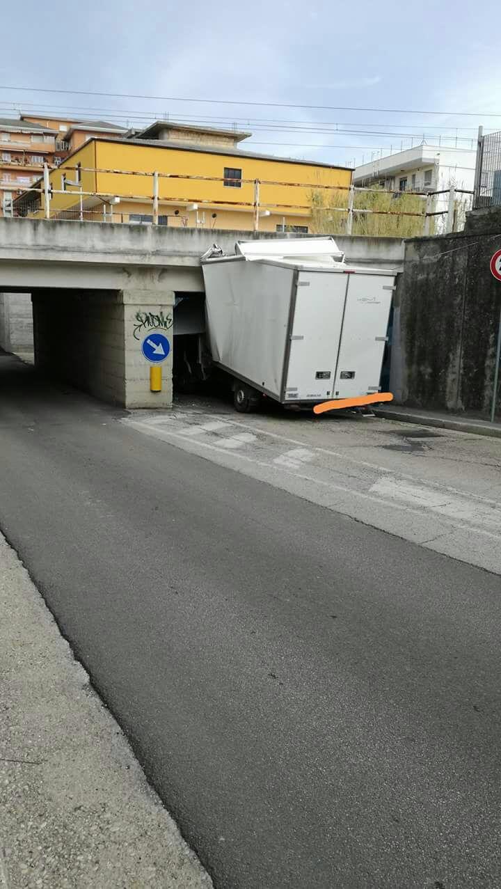 Chieti: furgone resta incastrato ad un sottopasso