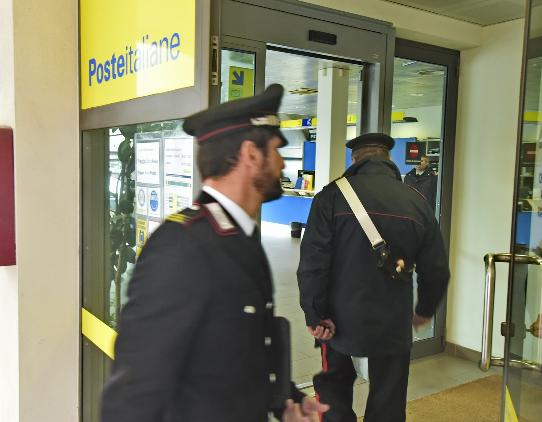 Finti postini rapinano ufficio postale nel teramano
