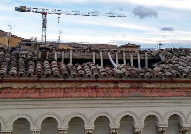 Chieti, crolla tetto in Corso Marrucino