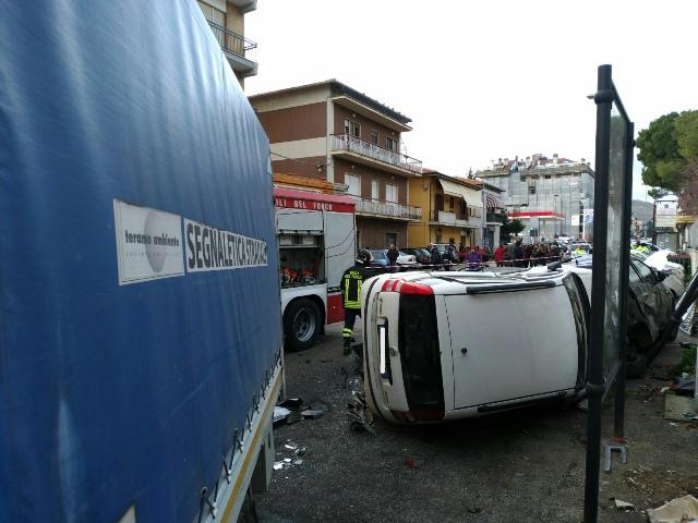 Teramo: furgone TEAM piomba sulle auto