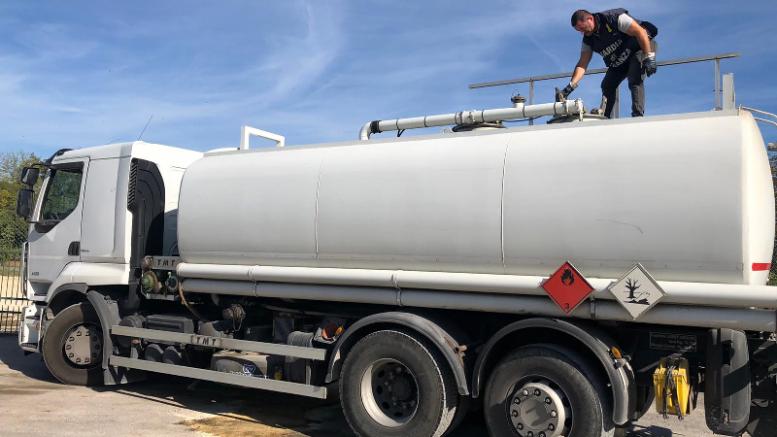 Controlli distributori carburante guardia di finanza: sequestri gasolio, multe e denunce