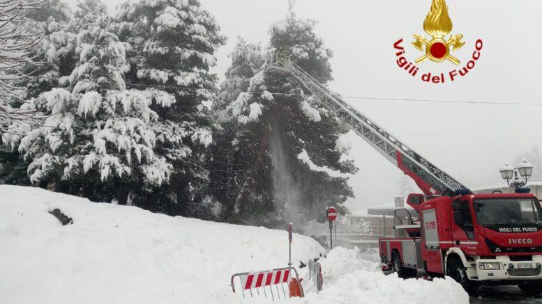 neve albero vigili del fuoco